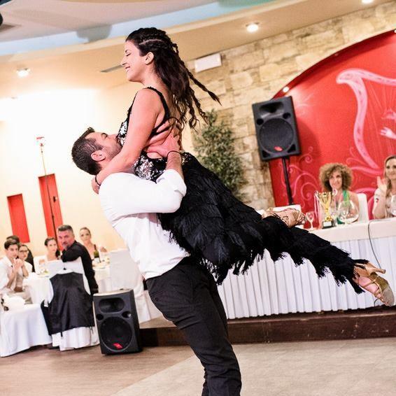 άντρας χορεύει